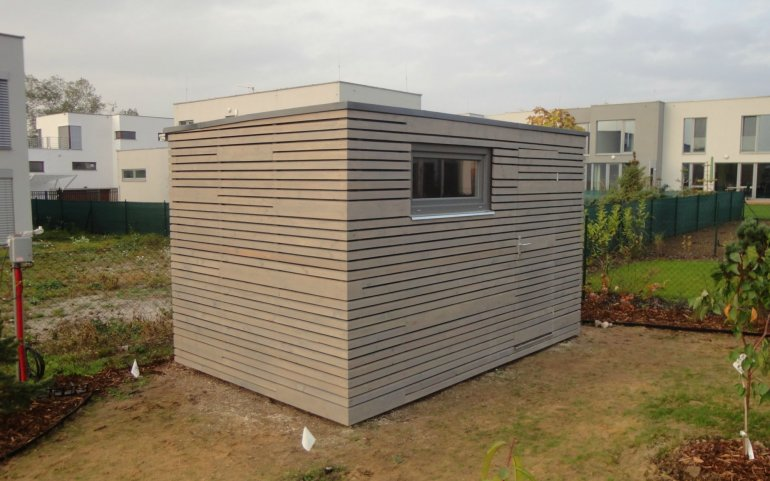 Šedý zahradní domek
