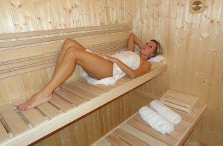 Saunování ve venkovní sauně